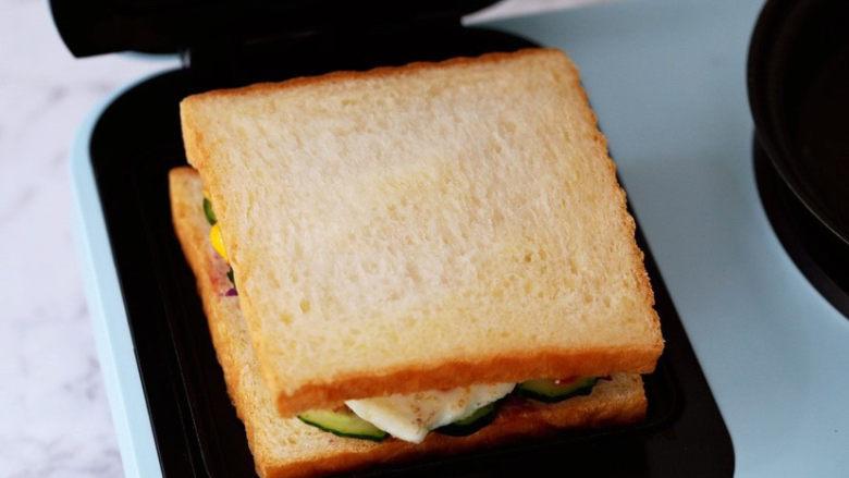 紫薯鸡蛋三明治,最后再盖上另一片吐司片