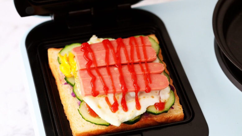 紫薯鸡蛋三明治,挤上番茄酱
