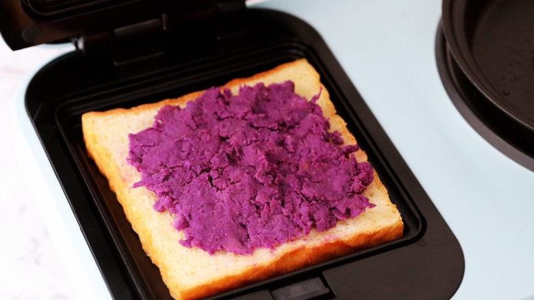 紫薯鸡蛋三明治,铺上一层紫薯泥
