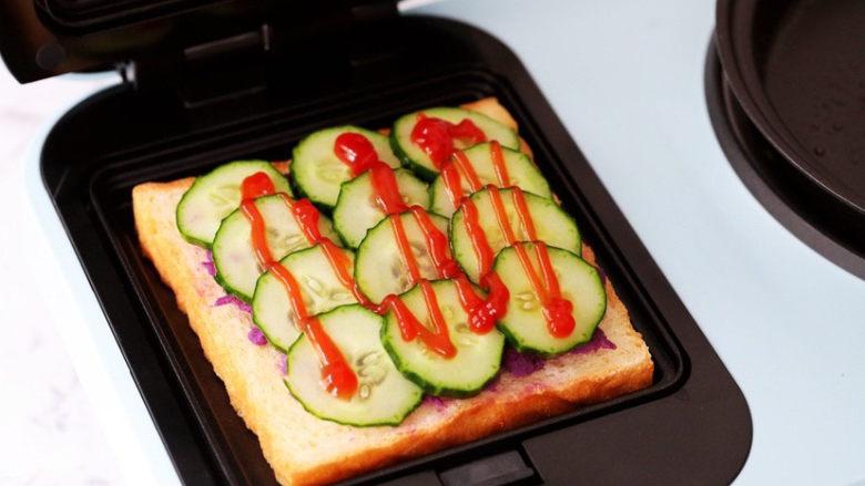 紫薯鸡蛋三明治,挤上<a style='color:red;display:inline-block;' href='/shicai/ 699'>番茄酱</a>