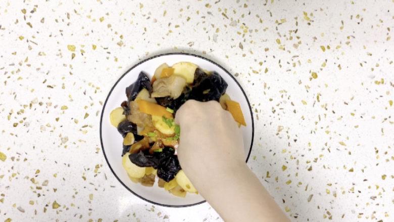 木耳炒山药,来点小葱装饰一下,一盘做作的木耳炒山药就完成了!