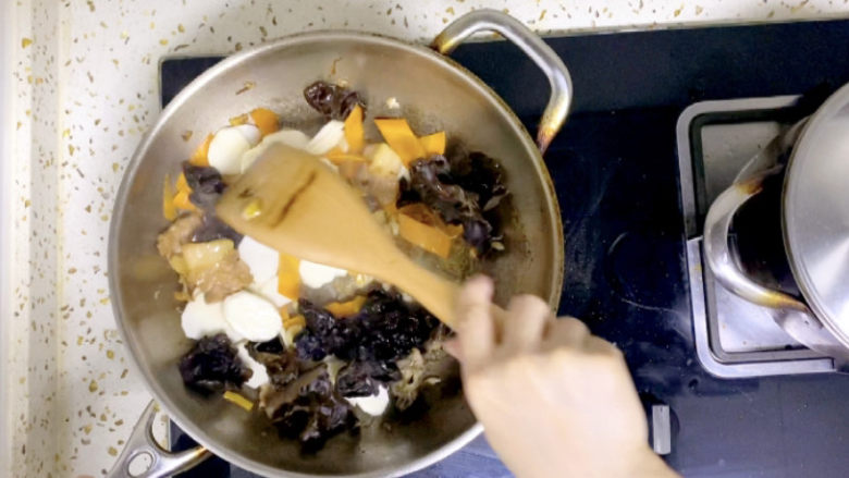 木耳炒山药,不停翻拌,使用不粘锅的可以不用一直翻拌