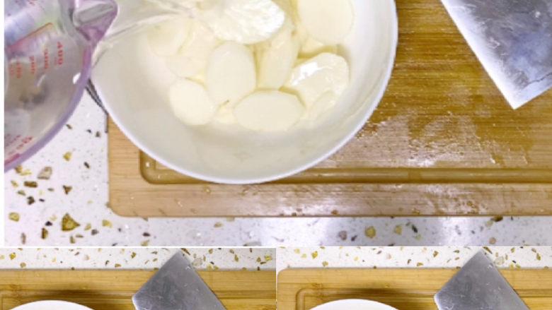 木耳炒山药,切好的山药加适量清水,加1小勺盐,可去掉它外表粘稠液体