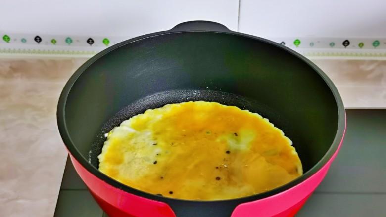 香肠炒蛋,起油锅,倒入蛋液,小火煎蛋,直接用筷子不停的搅拌。
