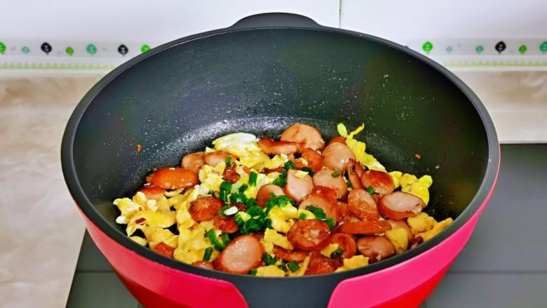 香肠炒蛋,快速翻炒均匀,撒上葱花关火出锅。
