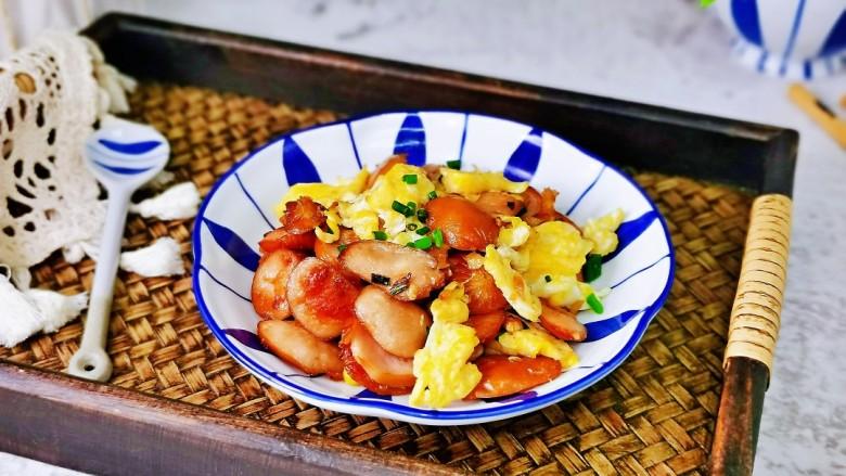 香肠炒蛋,盛出装盘即可食用,简单快手家常小炒,不油不腻。