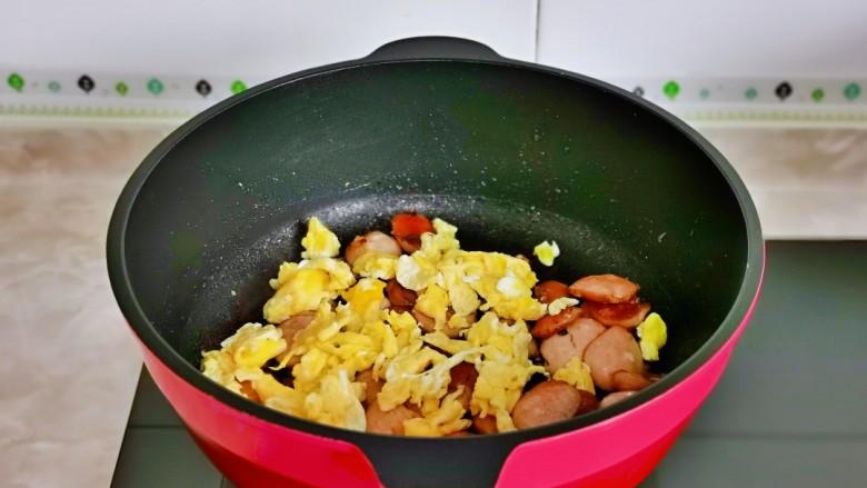 香肠炒蛋,再加入煎好的鸡蛋。