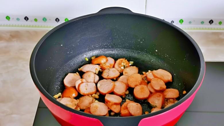 香肠炒蛋,小火将香肠炒熟。