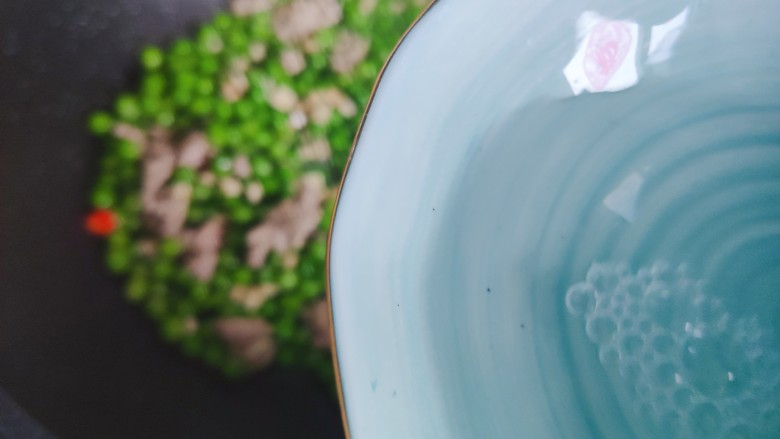 肉末炒豌豆,加少许热开水