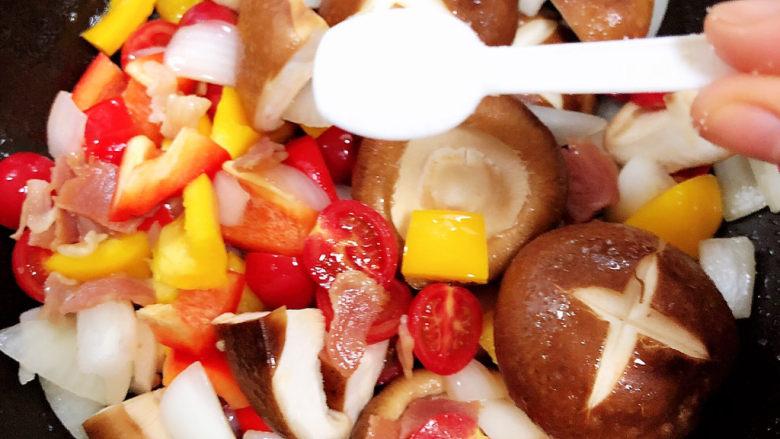孜然烤香菇,加入一勺盐。