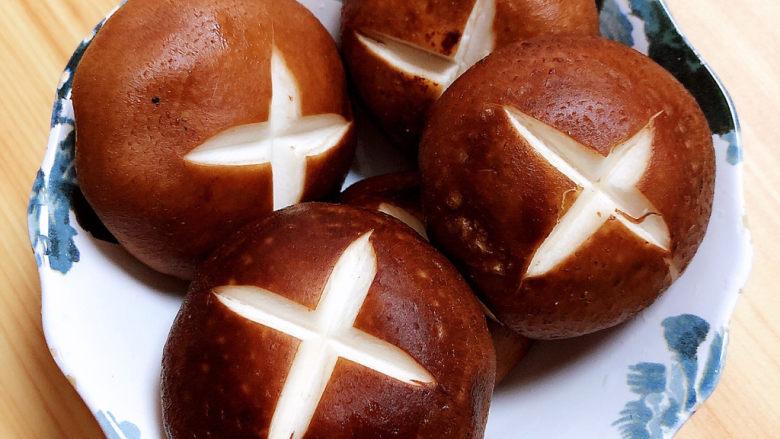 孜然烤香菇,香菇切十字花纹。