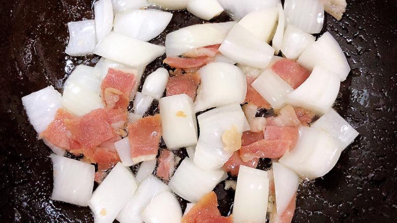 孜然烤香菇,放入洋葱继续翻炒均匀。