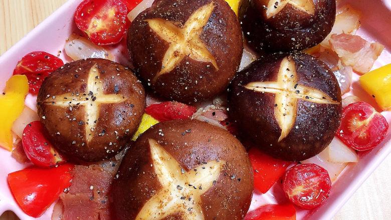 孜然烤香菇,再撒上一层黑胡椒碎。