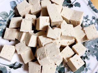 平菇豆腐汤,准备好老豆腐,切成小块。