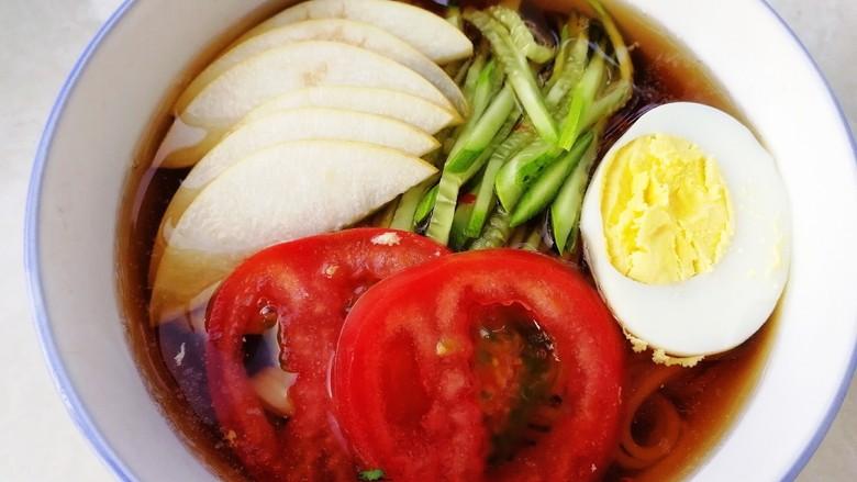 家常冷面,倒入调好的冷面汤。