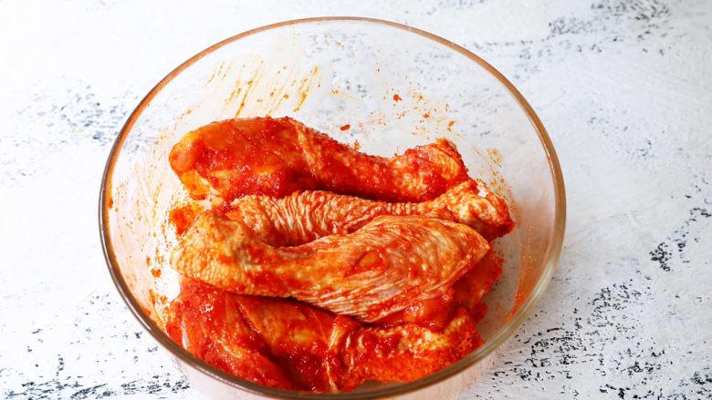 新奥尔良烤鸡腿,将粉料和鸡腿混合均匀,可以直接用手涂抹混合均匀