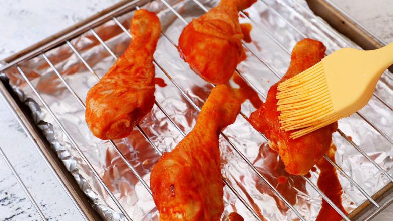 新奥尔良烤鸡腿,烤制10分钟后,取出刷上腌制鸡腿的烤料汁