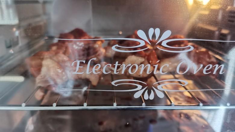 新奥尔良烤鸡腿,烤箱预热,放入烤箱上190度,下200度先烤10分钟