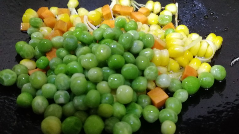 豌豆炒虾仁,放入豌豆。
