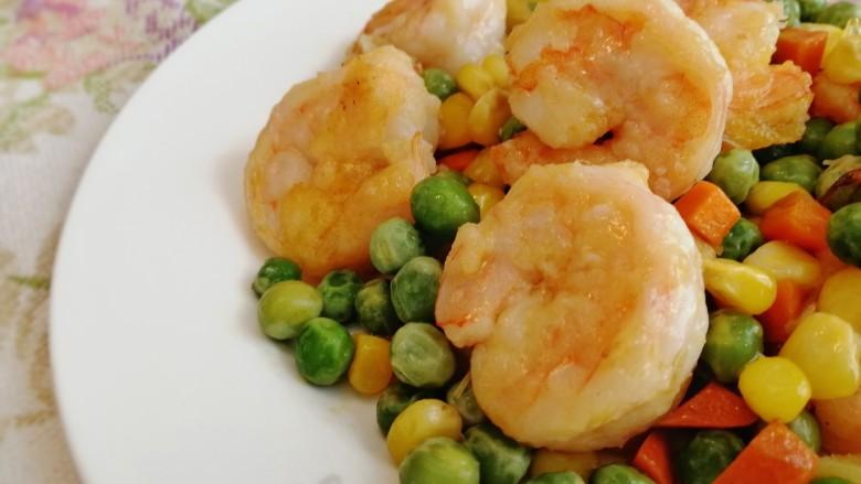 豌豆炒虾仁,盛盘。