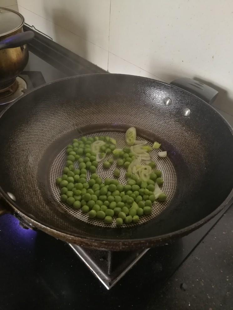 豌豆炒虾仁,加入豌豆翻炒一会。