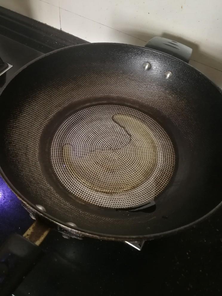 豌豆炒虾仁,起锅热油。