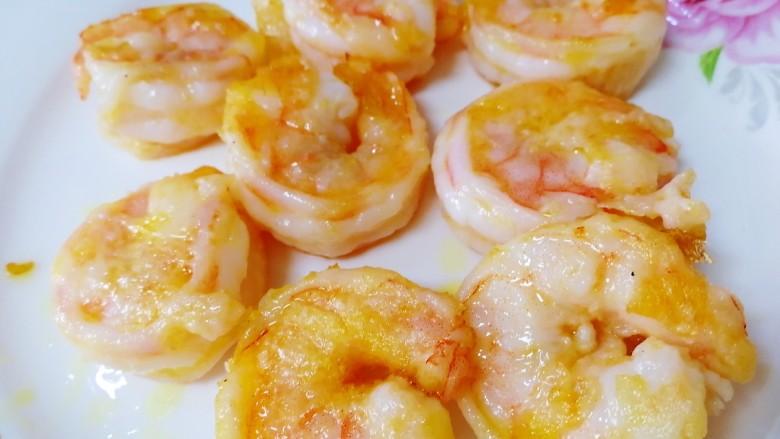 豌豆炒虾仁,盛出虾仁。