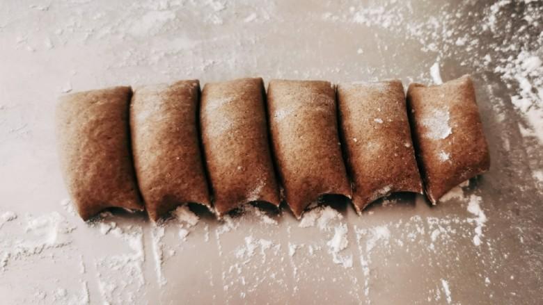 荞麦馒头,切小段