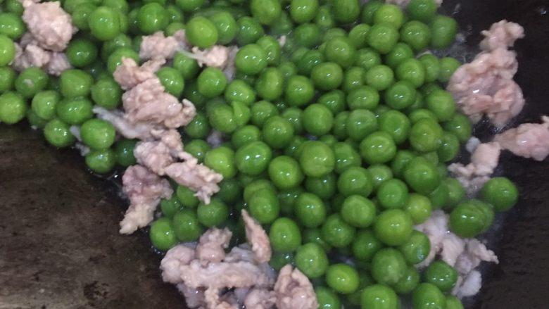 肉末炒豌豆,再倒入豌豆翻炒