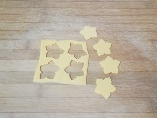 烤馒头片,芝士片用模具刻出花朵形状(没有模具直接切片也可以,剩下的芝士片不能浪费,顺变就给大人做了烤馍片)。