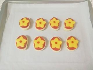 烤馒头片,出炉,用番茄酱装饰上花蕊。