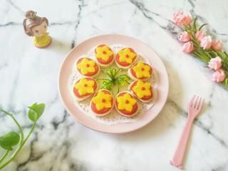 烤馒头片,摆盘,用黄瓜做花朵装饰一下。