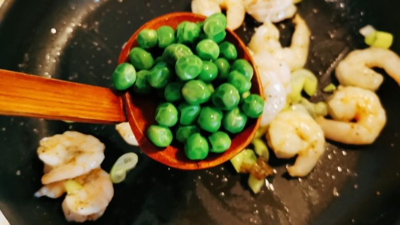 豌豆炒虾仁,炒出葱香味 放入煮好的豌豆翻炒