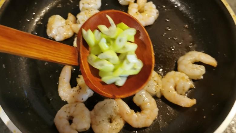 豌豆炒虾仁,炒至变色 放入葱片