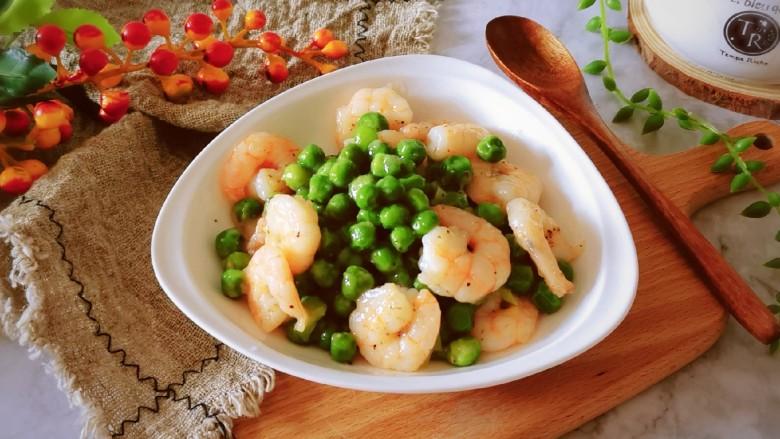 豌豆炒虾仁,出锅装盘