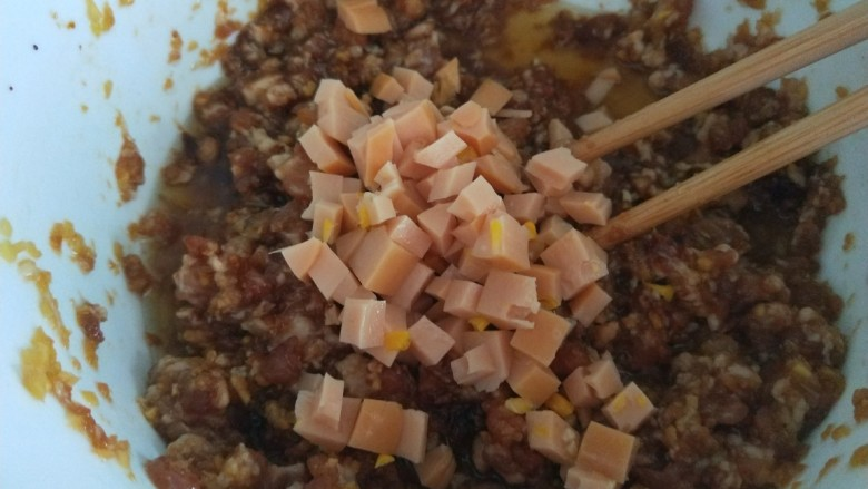香肠馒头卷,放入肉馅中搅拌均匀。
