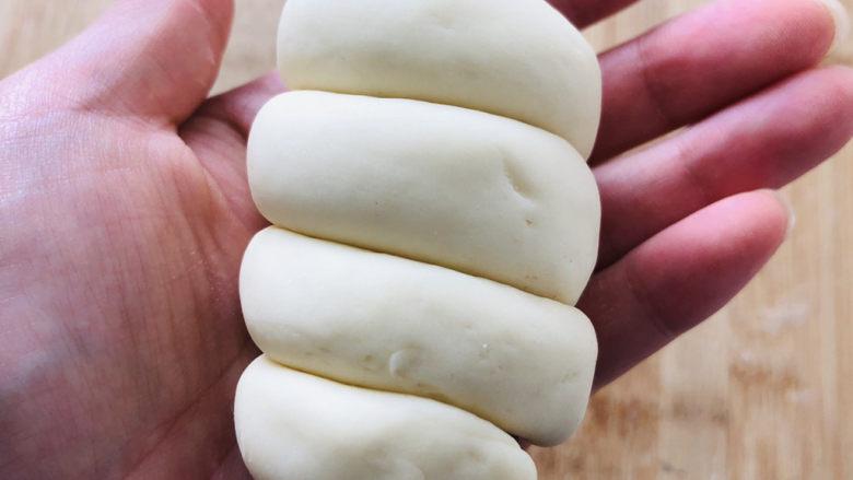 香肠馒头卷,用同样的方法把其余三个全部做完。