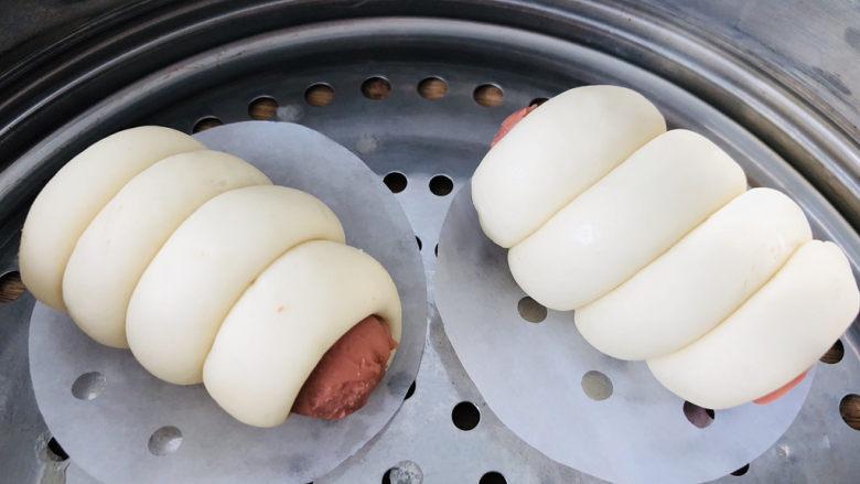 香肠馒头卷,放入蒸锅发酵至原来两倍大。