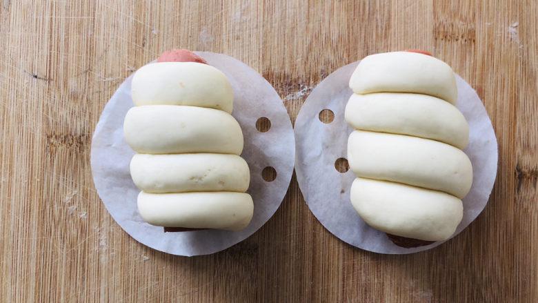 香肠馒头卷,底部铺层馒头纸防粘。