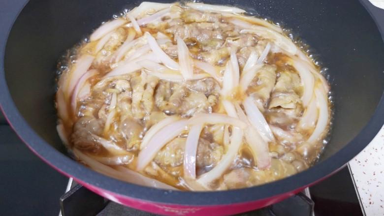 日式肥牛饭,转中火煮至牛肉卷入味。