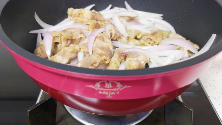 日式肥牛饭,下入焯好的牛肉卷翻炒均匀。