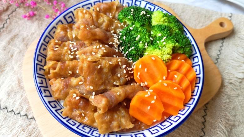 日式肥牛饭,在另一边摆上焯过水的西蓝花和胡萝卜,撒上<a style='color:red;display:inline-block;' href='/shicai/ 141911'>熟白芝麻</a>。