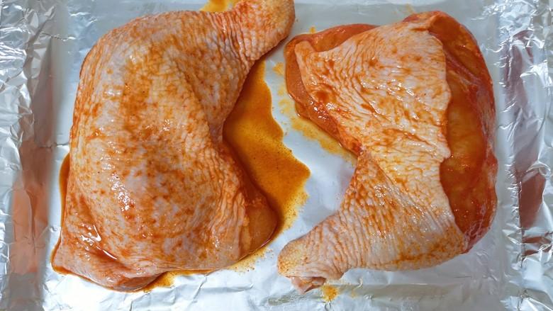 新奥尔良烤鸡腿,将腌制好的鸡腿放在锡纸上,腌鸡腿剩下的调料留着后面有用。