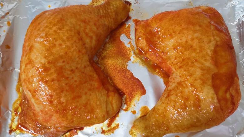 新奥尔良烤鸡腿,20分钟以后将鸡腿取出,给上面刷上一层腌鸡腿的调料。