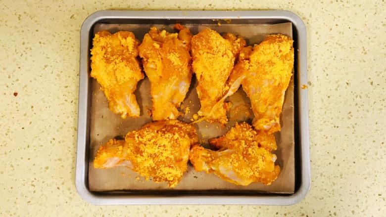 新奥尔良烤鸡腿,码放进烤盘里