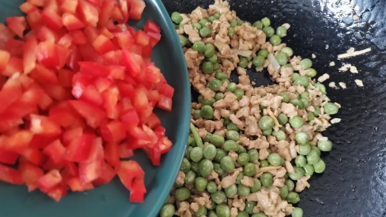 肉末炒豌豆,倒入红椒丁翻炒