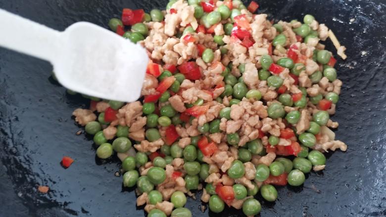 肉末炒豌豆,加入盐