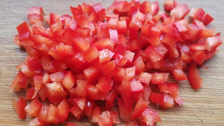 肉末炒豌豆,红椒切丁