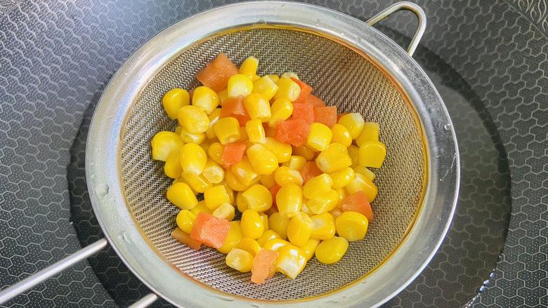 豌豆炒虾仁,放入玉米粒、胡萝卜粒焯烫片刻捞起沥干水分