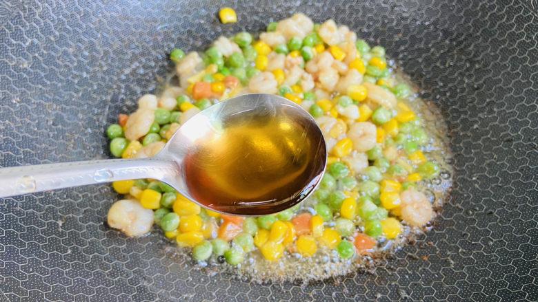 豌豆炒虾仁,烹入料酒提香